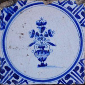 antieke bloempottegel delftsblauw