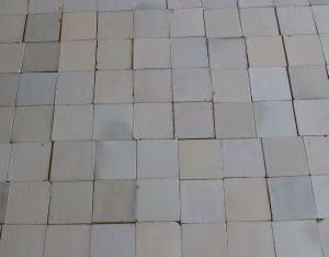 wand van witte antieke tegels